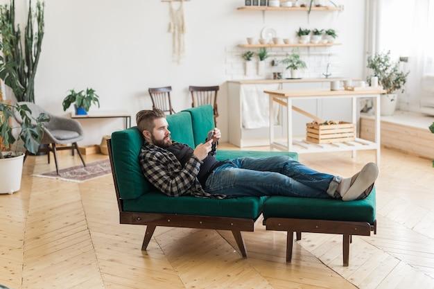 Jonge man surfen op sociale netwerksite met smartphone. technologieën en internetconcept.