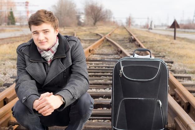 Jonge man te wachten op een platteland