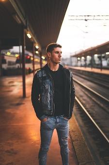 Jonge man te wachten op het treinstation