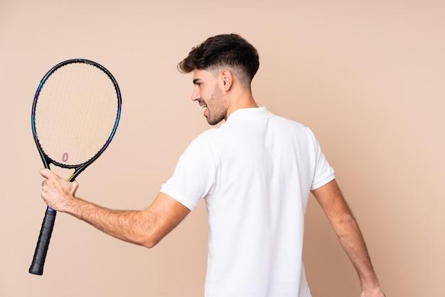 Jonge man tennissen en vieren een overwinning