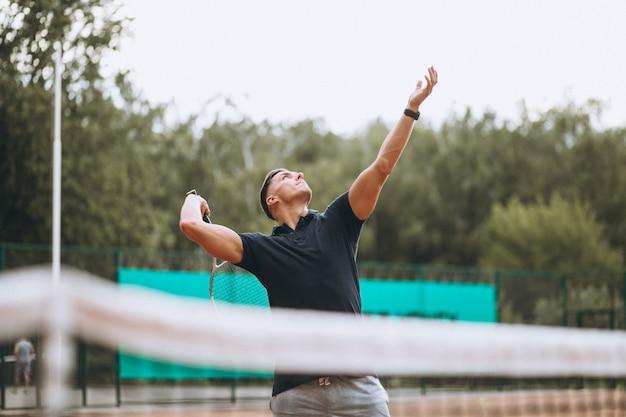 Jonge man tennissen op het veld