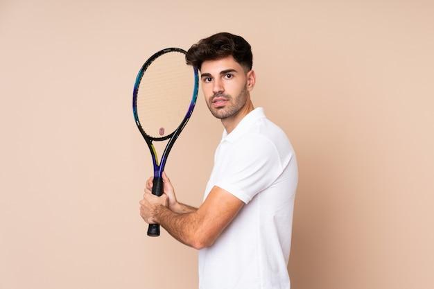 Jonge man tennissen