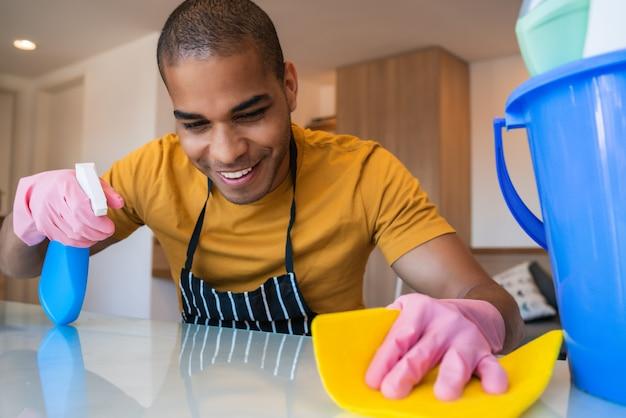 Jonge man thuis schoonmaken