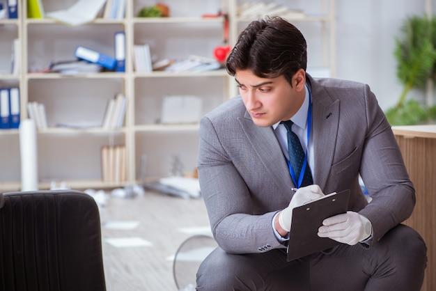 Jonge man tijdens misdaadonderzoek in kantoor