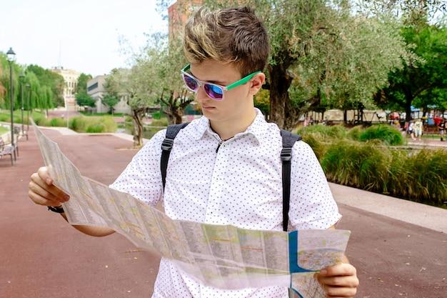 Jonge man toerist op zoek naar locatie