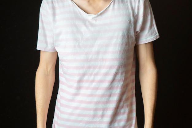 Jonge man toon gis shirt kopie ruimte. casual mock-up ontwerp b