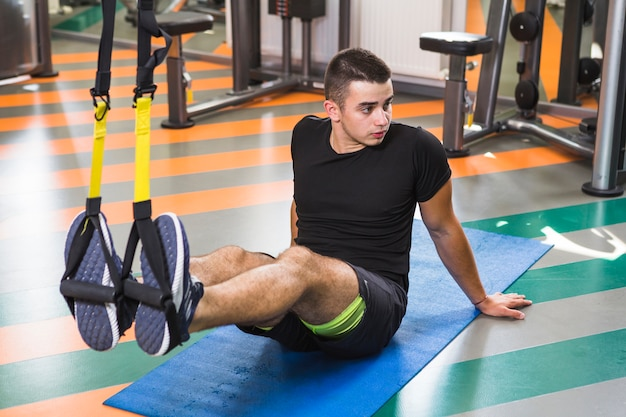 Jonge man training in de sportschool