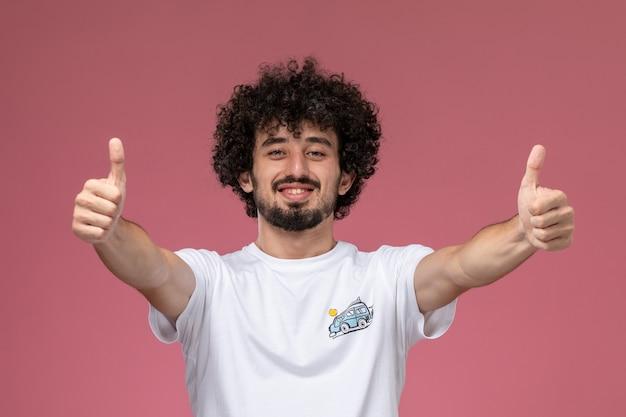 Jonge man twee duimen opdagen