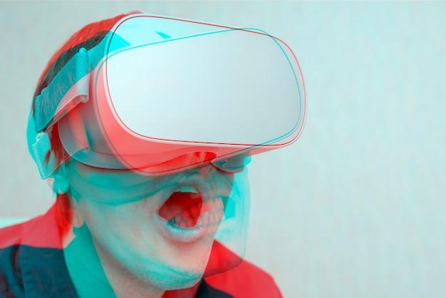 Jonge man van virtual reality. innovatie en technologische vooruitgang. moderne technologie voor bedrijven.