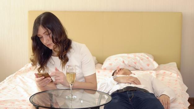 Jonge man viel in slaap in de slaapkamer tijdens een romantische avond.