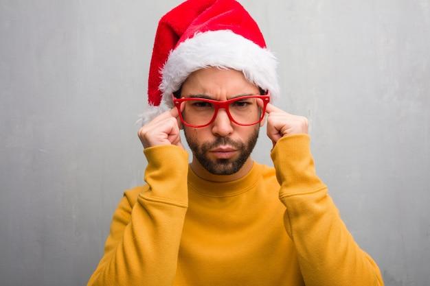 Jonge man vieren kerstdag houden geschenken doet een concentratie gebaar