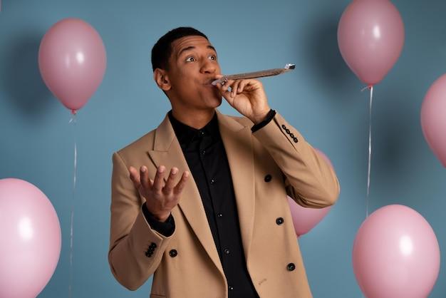 Jonge man vieren op een verjaardagsfeestje