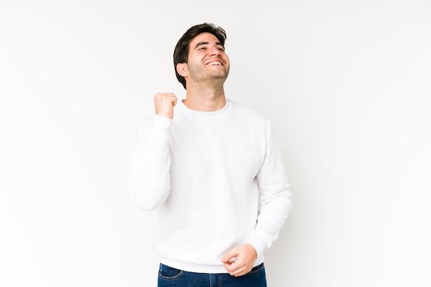Jonge man viert een overwinning, passie en enthousiasme, gelukkige uitdrukking.