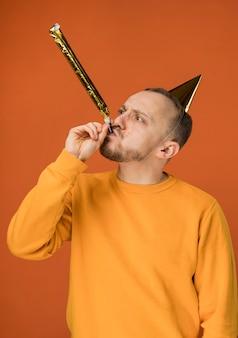 Jonge man viert zijn verjaardag