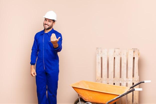 Jonge man voelt zich gelukkig, succesvol en zelfverzekerd, staat voor een uitdaging en zegt: kom maar op! of verwelkom je bouwconcept