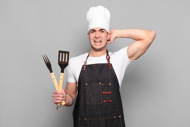 Jonge man voelt zich gestrest, bezorgd, angstig of bang met de handen op het hoofd, paniekerig bij vergissing