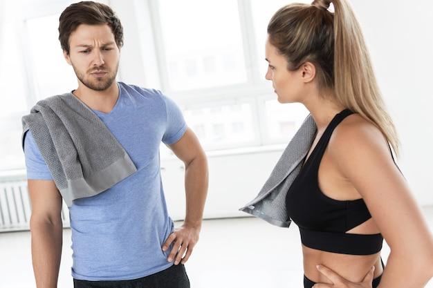 Jonge man voelt zich slecht na training. concept van overtraining en gezondheidsproblemen.