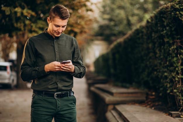 Jonge man volwassen student praten over de telefoon