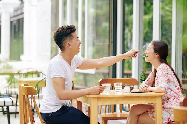 Jonge man vriendin voeden