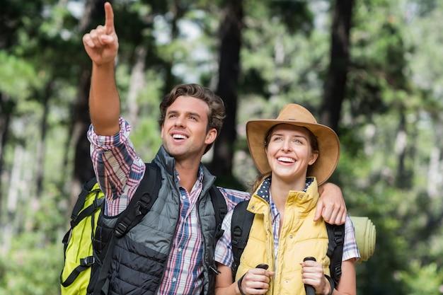 Jonge man weg wijzen met partner tijdens wandelen