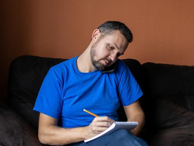 Jonge man werkt en studeert online via videoconferentiegesprek op een tabletcomputer. afstandsonderwijs en thuiswerken.