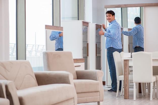 Jonge man winkelen in meubelwinkel