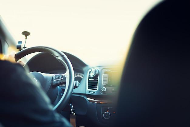 Jonge man zijn auto rijden