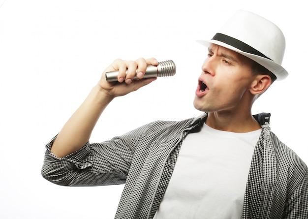 Jonge man zingen met microfoon