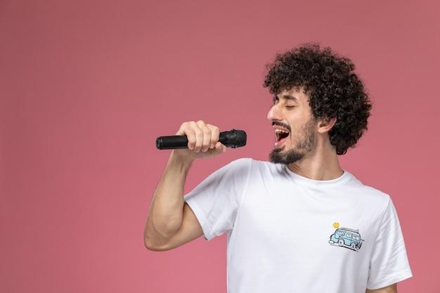 Jonge man zingt erg leuk