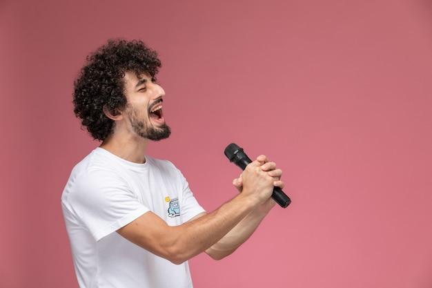 Jonge man zingt met zijn hoofdstem