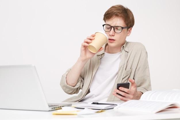 Jonge man zit aan tafel