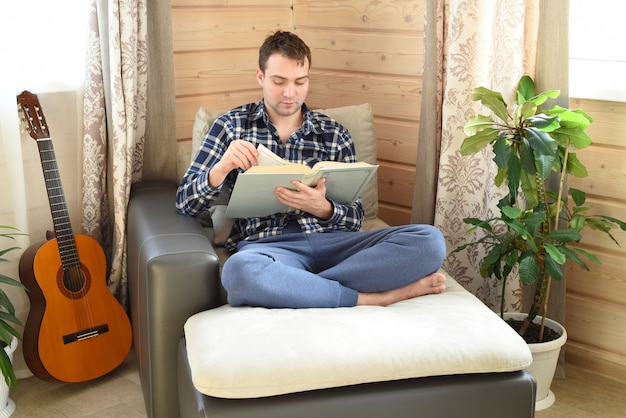 Jonge man zit een boek te lezen