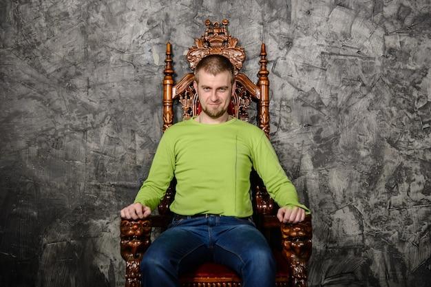 Jonge man zittend op de troon