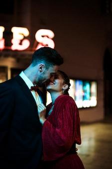 Jonge man zoenen charmante aantrekkelijke gelukkig vrouw op straat