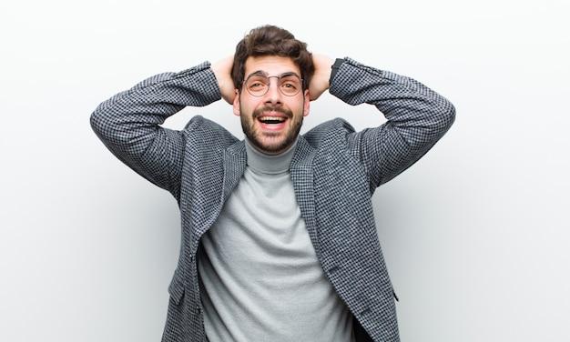 Jonge manager man op zoek gelukkig, zorgeloos, vriendelijk en ontspannen genieten van het leven en succes, met een positieve houding