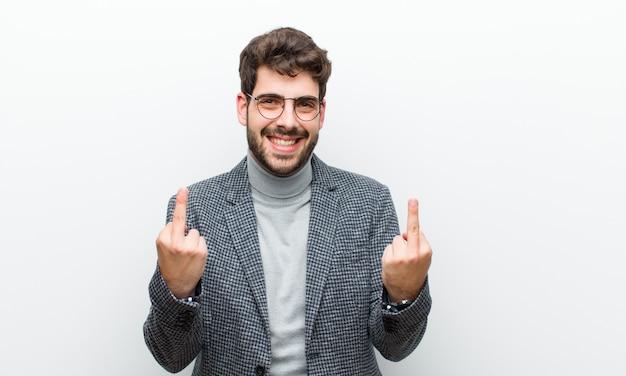 Jonge manager man voelt provocerend, agressief en obsceen, flipping de middelvinger, met een opstandige houding tegen wit