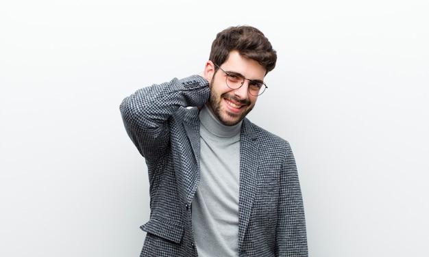 Jonge manager man vrolijk en vol vertrouwen lachen met een casual, gelukkige, vriendelijke glimlach witte muur