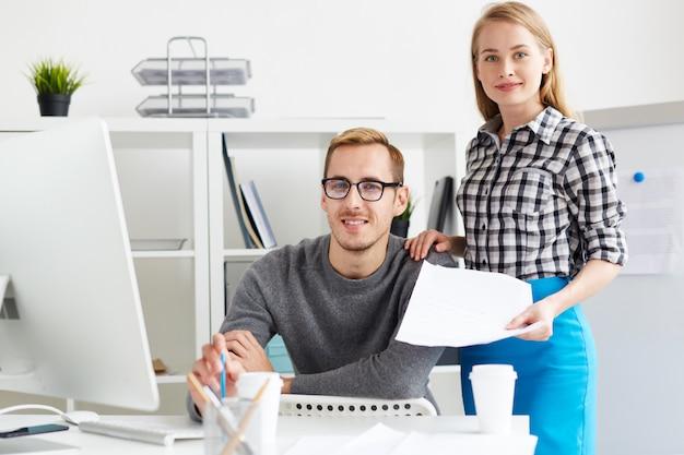 Jonge managers op kantoor