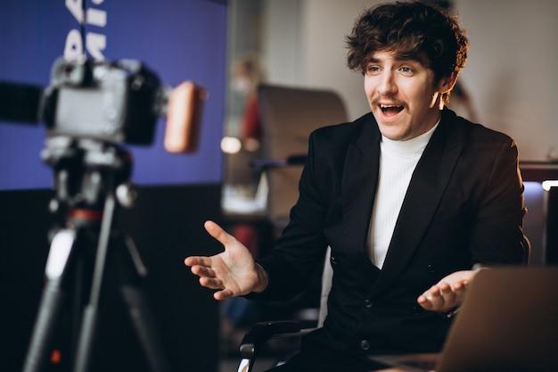 Jonge mannelijke blogger op een opnamestation