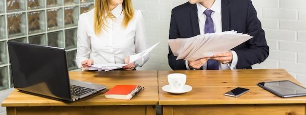 Jonge mannelijke en vrouwelijke kantoormedewerkers close-up