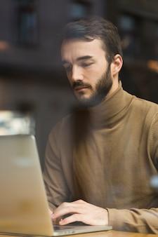 Jonge mannelijke ondernemer werkt