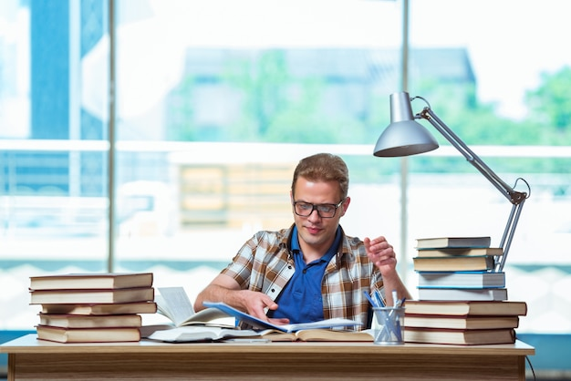 Jonge mannelijke student die voor middelbare schoolexamens voorbereidingen treft