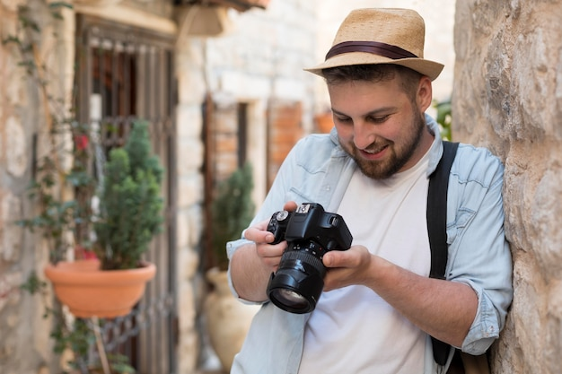 Jonge mannelijke toerist in montenegro