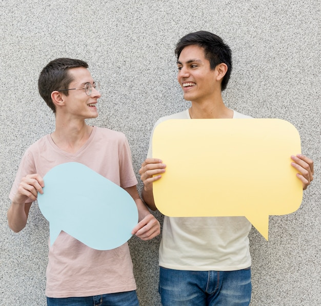 Jonge mannen die tekstballonnen houden
