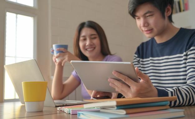 Jonge mannen en jonge vrouwen hielden een videoconferentie op hun tablets