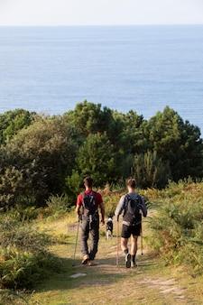 Jonge mannen gaan samen wandelen