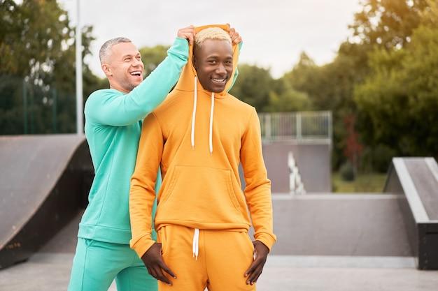 Jonge mannen in sportieve outfits buiten