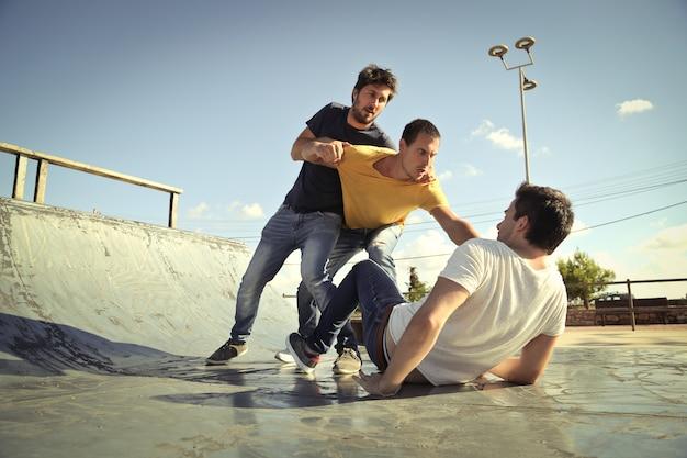 Jonge mannen vechten