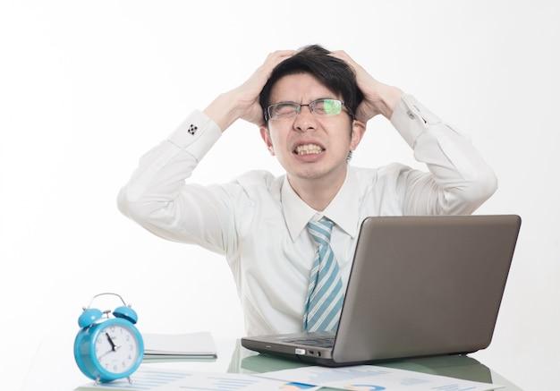 Jonge mannen werken overuren in het kantoor