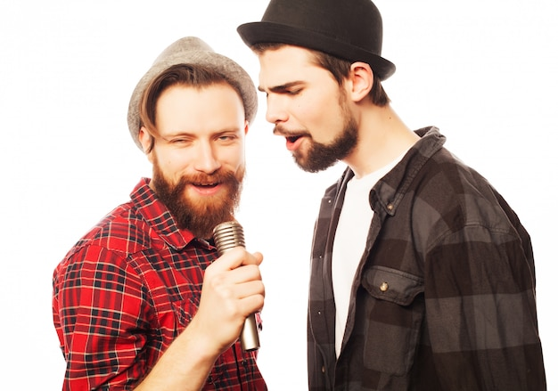 Jonge mannen zingen met microfoon